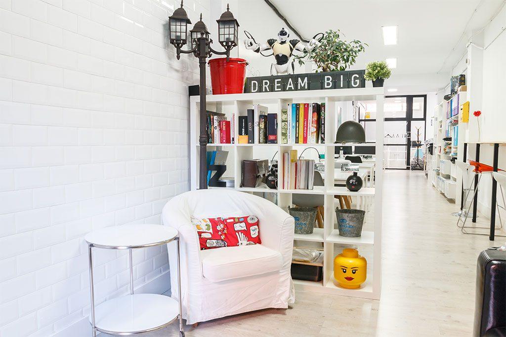 Mesa, sillón con estanterías y libros para recepción Dreamsoft
