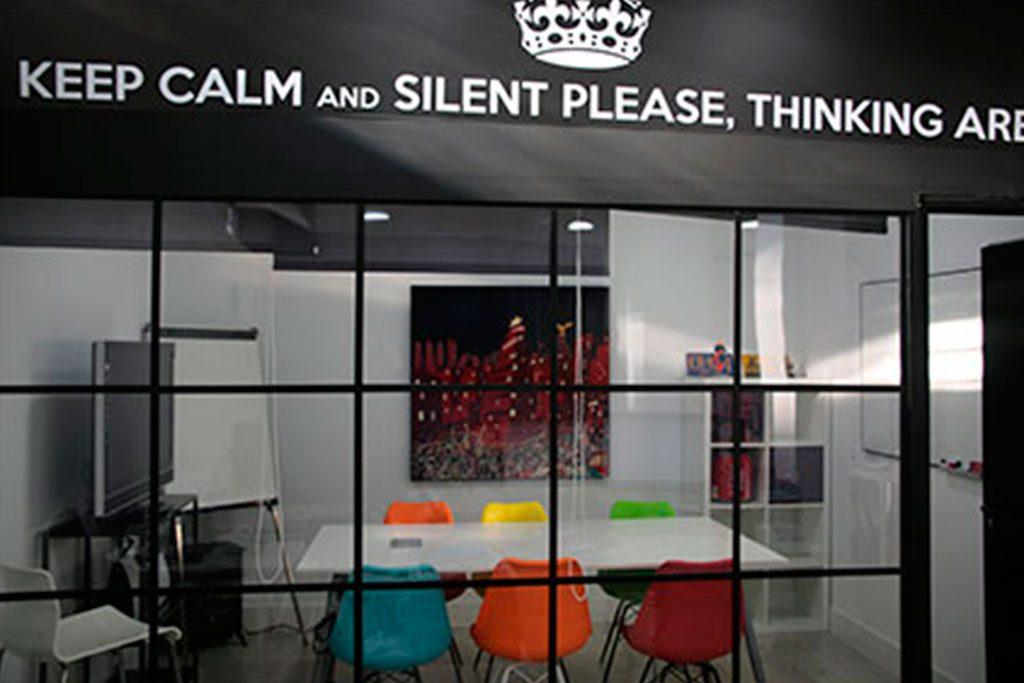 Mesa con sillas y proyector para sala reuniones Dreamsoft